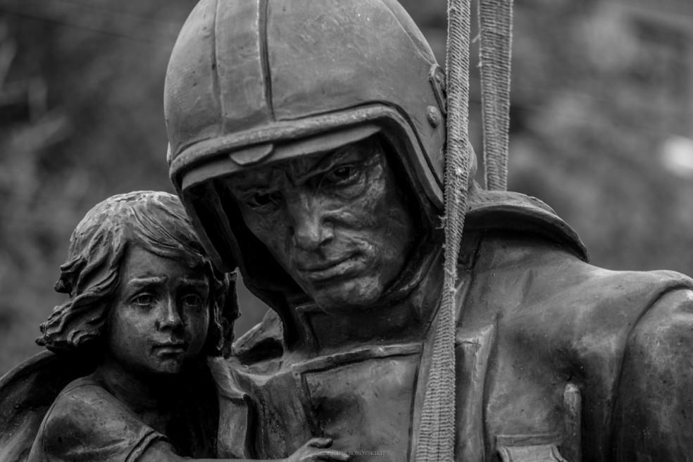 Установка памятника пожарным и Спасателям в городе Новосибирске. 09.06.2015. фотограф - Виктор Боровских